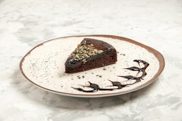 전면 보기 흰색 배경에 맛있는 케이크 조각 쿠키 케이크 비스킷 아이스크림 차 파이 디저트 달콤한 프리미엄 사진