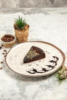 전면보기 흰색 배경에 맛있는 케이크 조각 디저트 차 쿠키 케이크 비스킷 아이스크림 달콤한 파이
