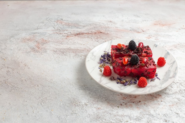 正面図おいしいケーキは白い表面のプレートの内側にベリーケーキをスライスします