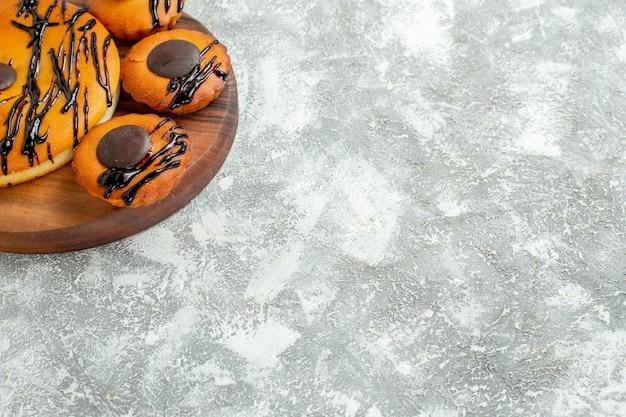 正面図チョコレートと白い背景の上のアイシングでおいしいケーキココアビスケットパイデザートケーキ甘いクッキー