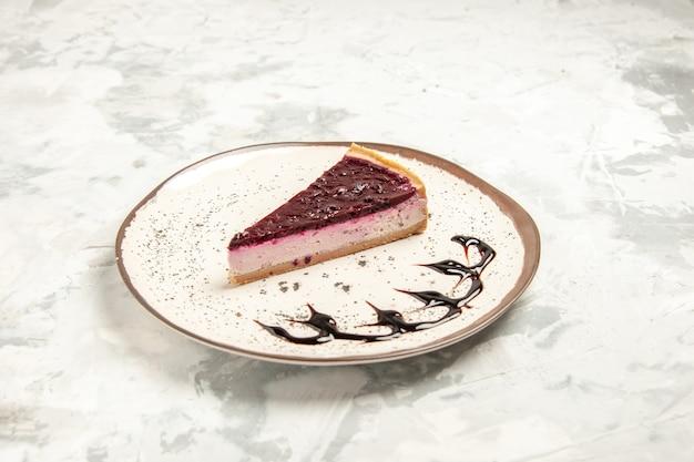 전면 보기 흰색 배경에 접시 안에 맛있는 치즈 케이크 조각 쿠키 케이크 달콤한 비스킷 아이스크림 차 파이 디저트