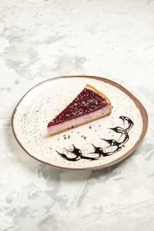 전면 보기 흰색 배경에 접시 안에 맛있는 치즈 케이크 조각 쿠키 케이크 달콤한 비스킷 아이스크림 차 파이 디저트 프리미엄 사진