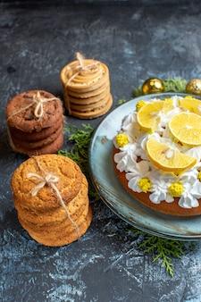 Vista frontale gustosa torta cremosa con biscotti e coni