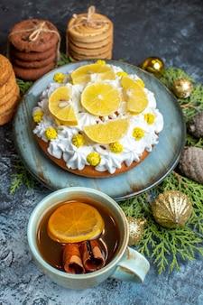 Vista frontale gustosa torta cremosa con biscotti e tè