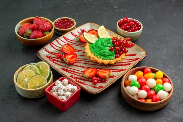 果物とおいしいクリーミーなケーキの正面図