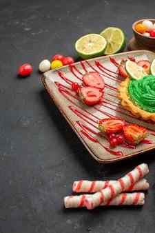 과일과 함께 전면보기 맛있는 크림 케이크