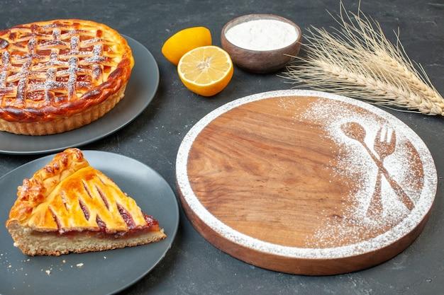 전면 보기 회색 테이블 케이크 반죽 디저트 비스킷 설탕 파이 차 달콤한 베이킹에 잼이 있는 맛있는 과일 파이