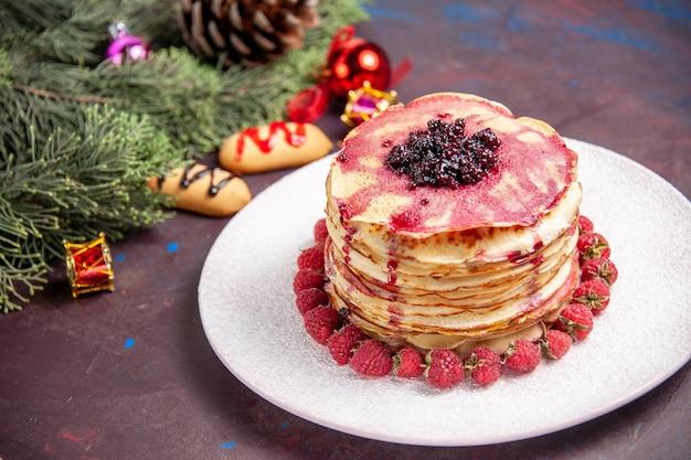 어두운 공간에 신선한 딸기와 전면보기 맛있는 젤리 팬케이크
