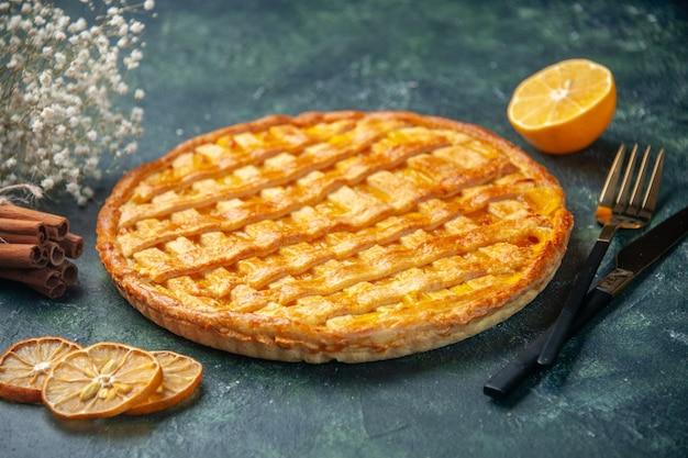 진한 파란색 배경에 포크와 나이프 전면보기 맛있는 젤리 파이