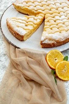 전면보기 맛있는 레몬 파이 설탕 가루 배경에 케이크 달콤한 비스킷 쿠키 차 디저트 설탕 굽다 프리미엄 사진