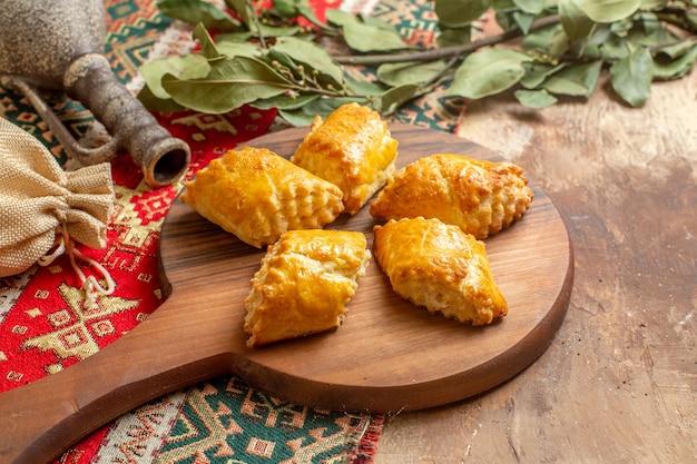 Вкусная ореховая выпечка для чая на коричневом столе, пирожное, сладкий ореховый пирог, вид спереди