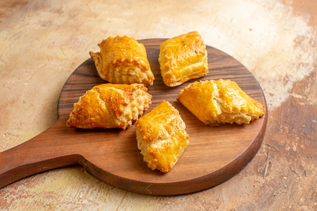 Pasticcini squisiti della noce di vista frontale per il tè sul dado dolce della torta della pasticceria della torta dello scrittorio marrone