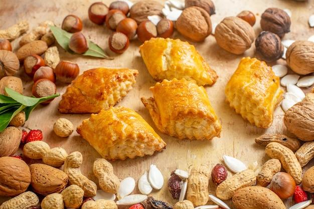 正面図茶色のデスクケーキペストリーパイ甘いナッツに新鮮なナッツとおいしいナッツペストリー