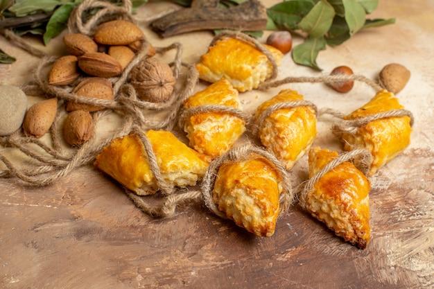 正面図茶色のテーブルケーキペストリー甘いパイナッツにロープでおいしいナッツペストリー