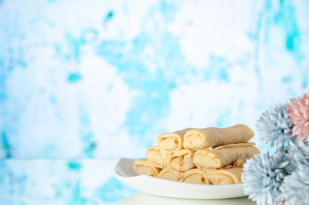 正面図青い背景のおいしいパンケーキケーキ砂糖デザート色食事クッキー朝食朝の甘い