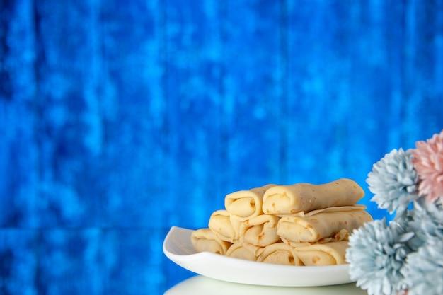 正面図青い背景のおいしいパンケーキケーキ砂糖デザート食事クッキー朝食朝の色甘い