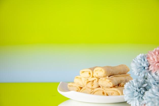 正面図緑の背景においしいパンケーキケーキ砂糖デザート食事クッキー朝食朝の色甘い