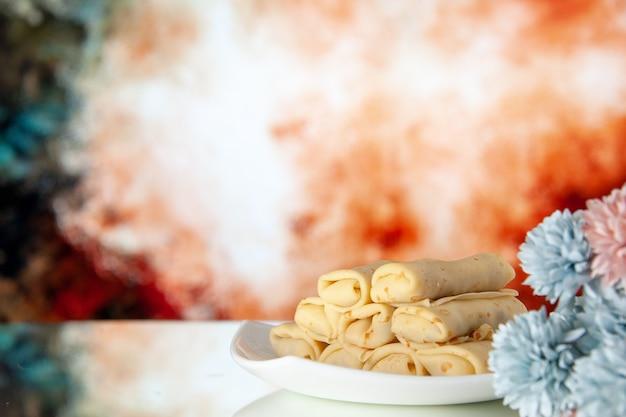 正面図薄茶色の背景においしいパンケーキケーキ砂糖デザート食事クッキー朝食朝の色甘い