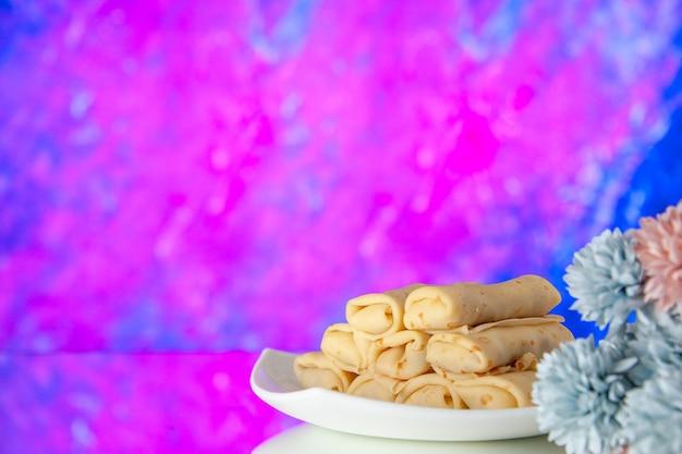 밝은 분홍색 배경 케이크 설탕 디저트 식사 쿠키 아침 식사 아침 색상에 전면보기 맛있는 팬케이크 프리미엄 사진