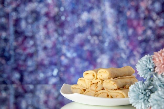 보라색 배경 케이크 설탕 디저트 식사 쿠키 아침 식사 아침 색상에 전면보기 맛있는 팬케이크 프리미엄 사진