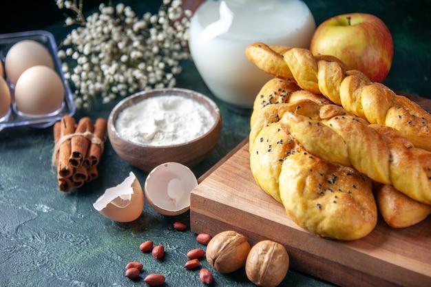 Вид спереди вкусная выпечка с яичной мукой и молоком на темной стене хлеб еда еда завтрак утро молоко цвет птицы