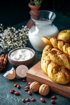 正面図暗いテーブルの上の卵粉と牛乳とおいしいペストリーパン食品食事朝食朝牛乳鳥の色