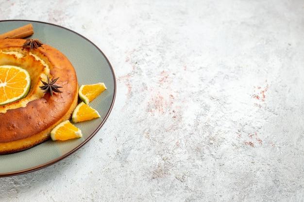 Vista frontale yummy pie delizioso dessert per il tè con fette d'arancia su sfondo bianco torta di frutta torta biscotto dolce dessert