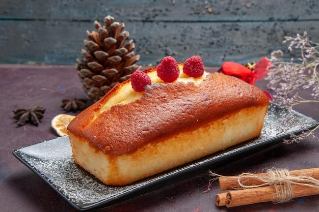 Vista frontale torta squisita lunga formata su sfondo scuro torta zucchero biscotto torta biscotto dolce tè