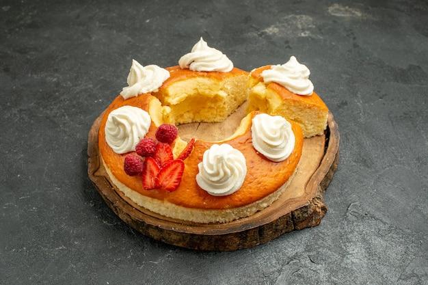 グレー スペースに白いクリームでスライスした正面おいしい丸いパイ