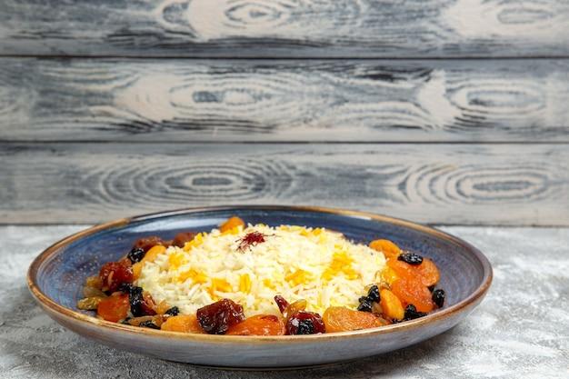 전면보기 맛있는 샤크 플 로브 흰색 공간에 접시 안에 건포도와 쌀 요리를 요리