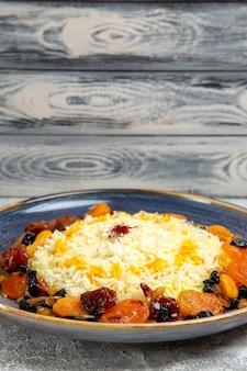 전면보기 맛있는 샤크 플 로브 흰색 책상에 접시 안에 건포도와 쌀 요리를 요리