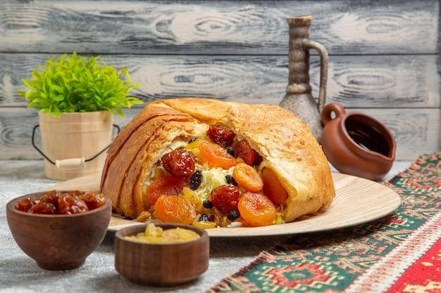 Vista frontale yummy shakh plov piatto di riso cotto con uvetta su spazio bianco
