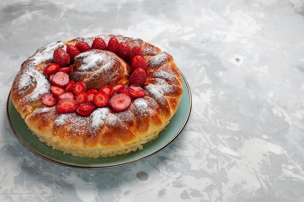 Vista frontale yummy torta di fragole torta di zucchero in polvere torta sulla superficie bianca