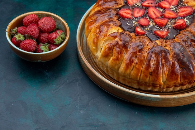 Front view of yummy strawberry pie with jam and fresh strawberries