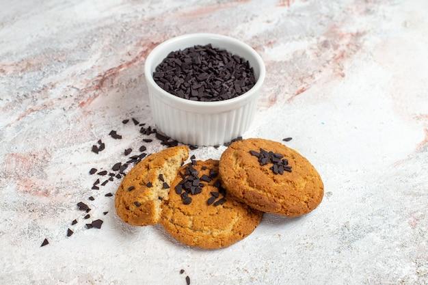 Vista frontale di gustosi biscotti di zucchero sulla superficie bianca