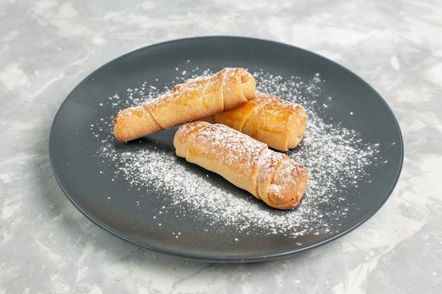 Vista frontale di gustosi bagel dolci con zucchero a velo