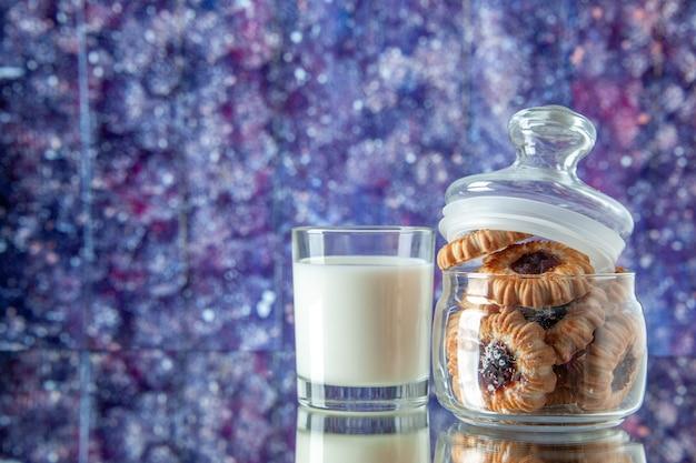 Вид спереди вкусное сладкое печенье внутри банки со стаканом молока на светлом фоне цветное печенье сахар еда завтрак торт утренняя трапеза
