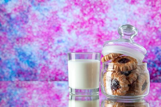 Вид спереди вкусное сладкое печенье внутри банки со стаканом молока на светлом фоне цветной сахар завтрак торт утренний десерт еда печенье