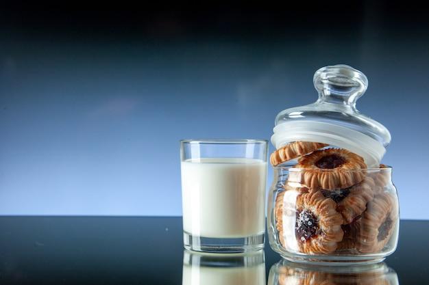 正面図おいしい甘いビスケットの中には、明暗の背景色に牛乳のガラスが入っていますクッキーシュガーフード朝食ケーキ朝の食事
