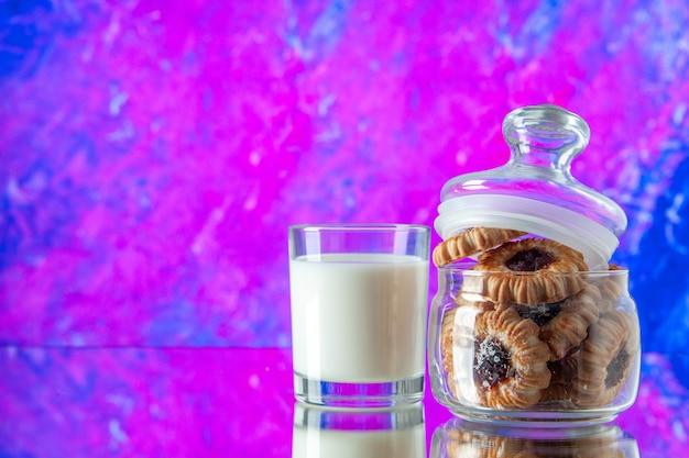 Вид спереди вкусное сладкое печенье внутри банки со стаканом молока на розовом фоне торт утренний завтрак еда цвет еда сахарное печенье