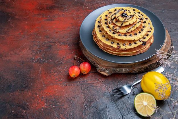 暗い背景の内側のおいしい甘いパンケーキの正面図 無料写真