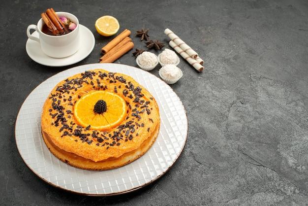 正面図クッキーと灰色の背景にお茶のおいしい甘いパイ甘いパイケーキデザートビスケットティー