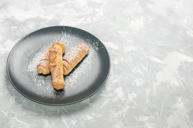 Vista frontale di gustosi panini dolci con zucchero a velo