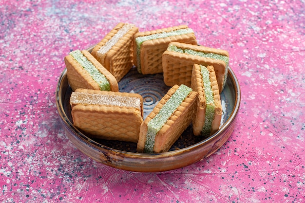 Vista frontale di gustosi biscotti waffle all'interno del piatto