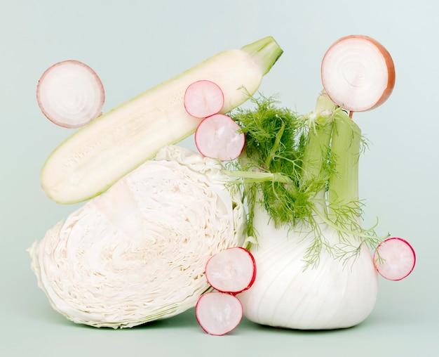 Vista frontale di zucchine con cavolo e ravanello