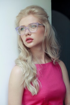 Фронтальный портрет красивой блондинки в очках