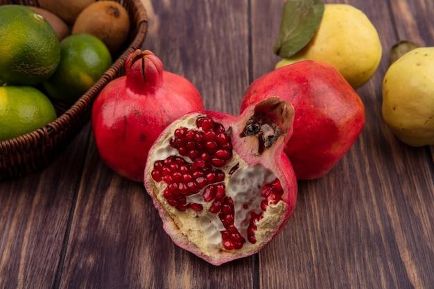 木の壁に梨とみかんを正面から見たザクロ