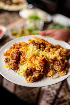 Pilaf azero tradizionale di chyhyrtma di vista frontale con il pollo