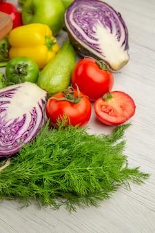 白い背景色の緑と熟した健康的な生活サラダ写真ダイエットの正面野菜の組成物