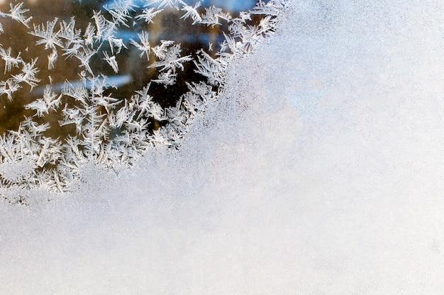 Морозный узор на стекле крупным планом